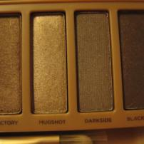 Urban Decay's Naked 3 Palette. Pictures taken in indoor lighting. (© skinandcolors.com)