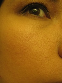 Macro shot in indoor lighting: Pore minimizing effects after application with Real Techniques Expert Face Brush (© skinandcolors.com)