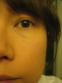 After: Pore minimizing effect; skin looks more even; redness covered with one sheer layer; no concealer used (© skinandcolors.com)