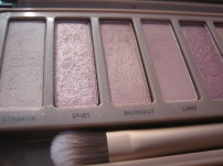 Naked 3 Palette by Urban Decay. Here: 1. Strange, 2. Dust, 3. Burnout, 5. Limit. (© skinandcolors.com)
