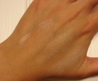 Left upper corner: 1 (Becca Opal); center: 2 (Becca Moonstone); right: 3 (Benefit High Beam) © skinandcolors.com
