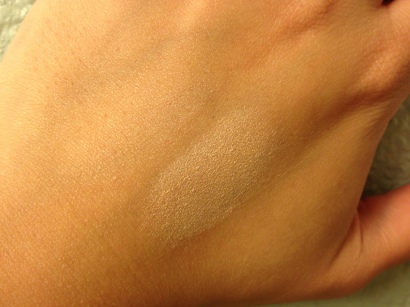 Laura Geller Baked Highlighter, indoor lighting © skinandcolors.com